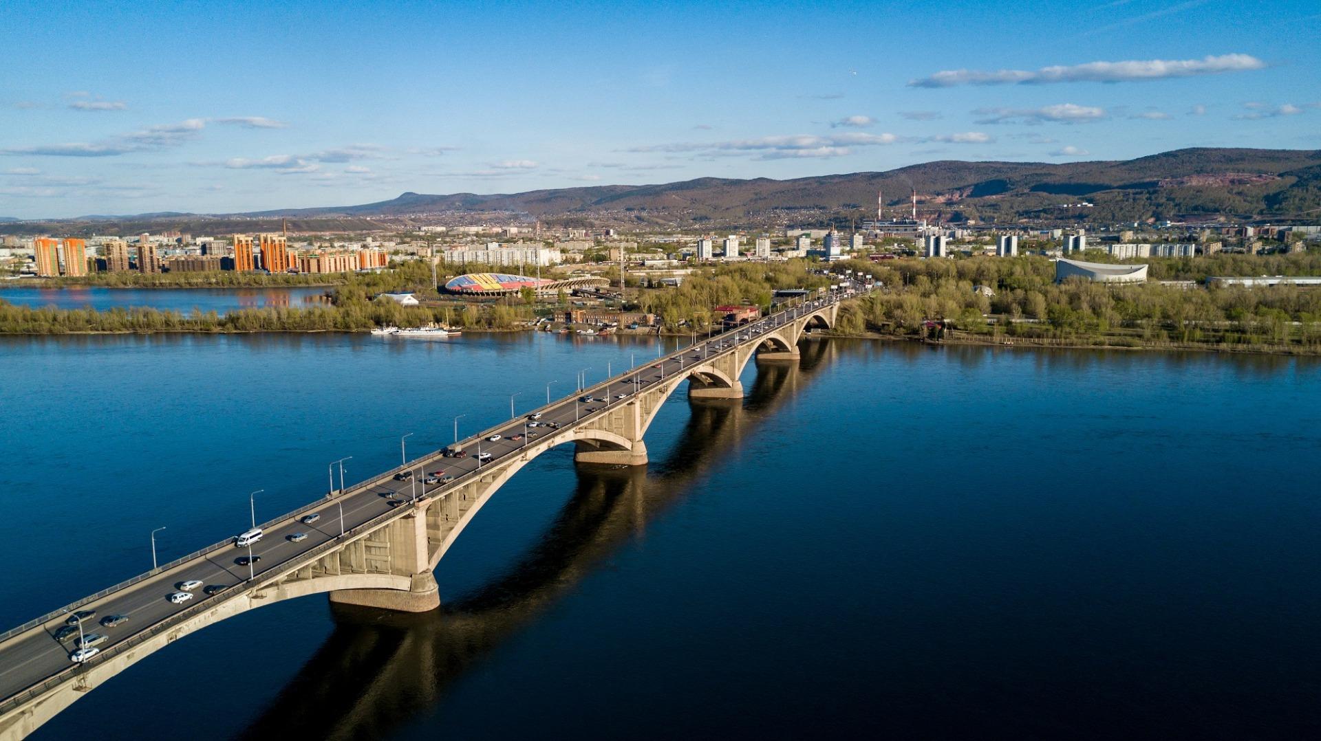 Красноярск. Автомобильный и пешеходный мост через реку Енисей.